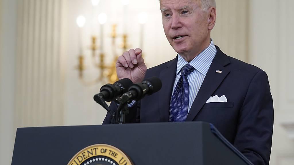 Joe Biden spricht bei einer Pressekonferenz im State Dining Room des Weißen Hauses über die Impfkampagne. Foto: Evan Vucci/AP/dpa