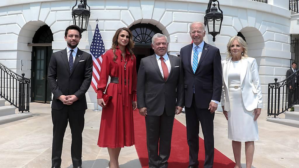 HANDOUT - Joe Biden, Präsident der USA, (2r) und seine Frau Jill Biden, First Lady der USA, empfangen  Abdullah II. (M), König von Jordanien, dessen Frau Königin Rania (2l) und Kronprinz Al Hussein (l). Foto: -/Royal Hashemite Court RHC/dpa - ACHTUNG: Nur zur redaktionellen Verwendung und nur mit vollständiger Nennung des vorstehenden Credits