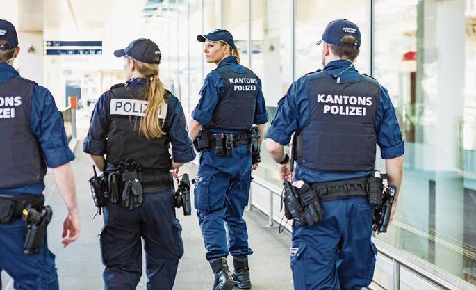 Aargauer Kantonspolizistinnen und -polizisten führen am Bahnhof in Aarau eine Aktio gegen Messerstecherei durch.