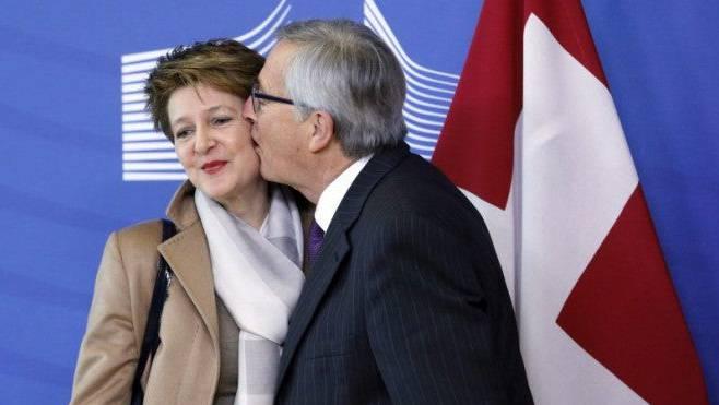 So nahe kamen sich die Schweiz und die EU in den folgenden Jahren nie mehr: EU-Kommissionspräsident Jean-Claude Juncker küsst Bundespräsidentin Simonetta Sommaruga.
