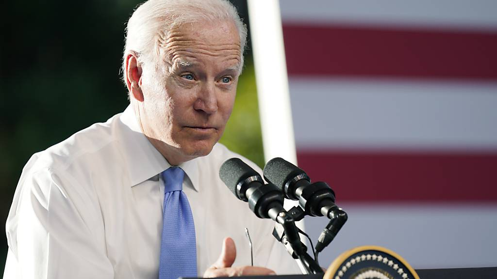 Joe Biden, Präsident der USA, spricht auf seiner Pressekonferenz nach dem Treffen mit Russlands Präsident Putin in der «Villa la Grange». Foto: Patrick Semansky/AP/dpa