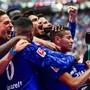 Die Schalker jubeln mit 2:0-Torschütze Amine Harit