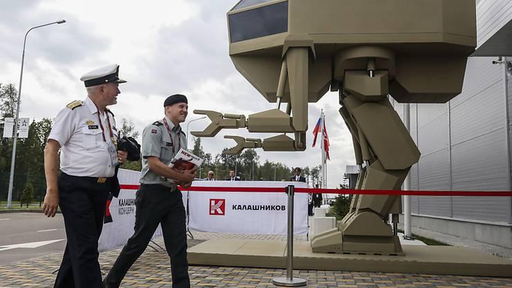 Modell eines von Menschen gelenkten, roboterähnlichen Militärgeräts an einer Ausstellung in der russischen Hauptstadt Moskau. (Archivbild)