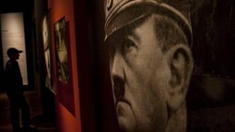 Fotografie Adolf Hitlers hängt in einer Ausstellung in Berlin (Archiv)