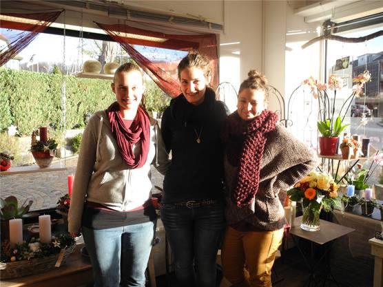 ... Sarah Führer (Mitte) und zwei Lernende im Blumenladen «Aloha»