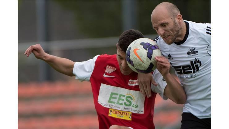 Solothurns Mattia Sasso (l.) im Kampf um den Ball gegen Schoetzs Luca Rerricchio.