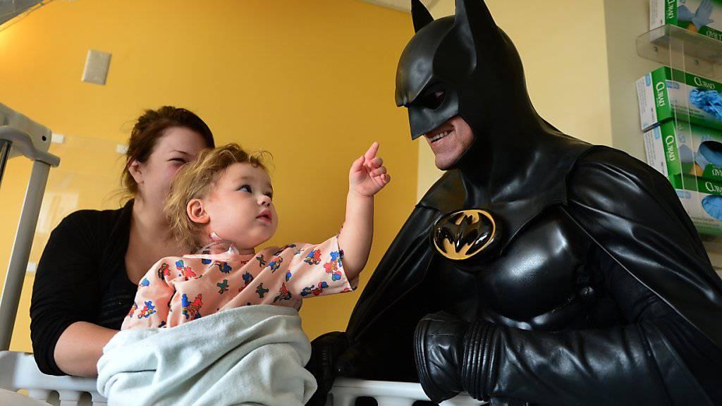 Der als Batman verkleidete Leonard Robinson bei einem seiner letzten Auftritte, in einem Kinderspital von Charleston.