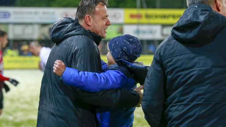 FCA-Trainer Patrick Rahmen feiert mit seinem Sohn den 3:0-Sieg gegen Lausanne