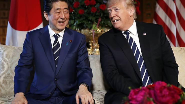 US-Präsident Donald Trump (r) mit seinem Gast, Japans Regierungschef Shinzo Abe