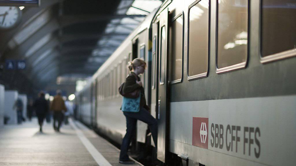 Am Sonntag ist in Baden AG ein Zugchef in der Türe eins Bahnwagens eingeklemmt und mitgeschleift worden. Er erlitt tödliche Verletzungen. (Symbolbild)