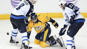 Torschütze Moser wird von zwei Winnipeg-Spielern attackiert