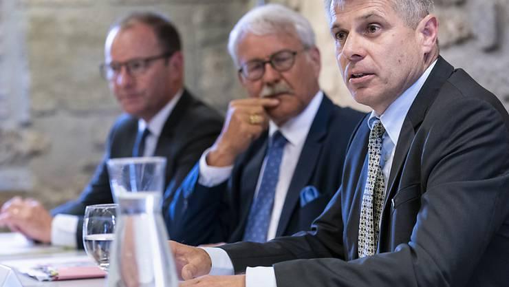 Serge Dal Busco, Vizepräsident des Genfer Staatsrats, der Freiburger Ständerat Beat Vonlanthen sowie der Berner Regierungspräsident Christoph Ammann (v.l.) bei der Vorstellung der gemeinsamen Forderungen in Bern.