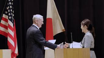 US-Verteidigungsminister James Mattis beim Antrittsbesuch in Japan mit seiner Amtskollegin Tomomi Inada.