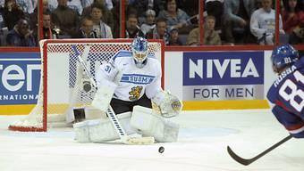 Finnlands Goalie Petri Vehanen pariert den Schuss von Marcel Hossa.