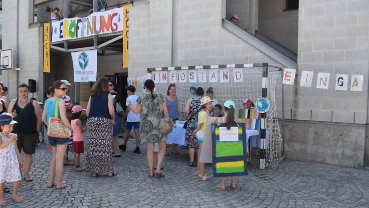 Stolz präsentierten Schülerinnen und Schüler der Primarschule Höchi in Dättwil ihre neue Bibliothek.