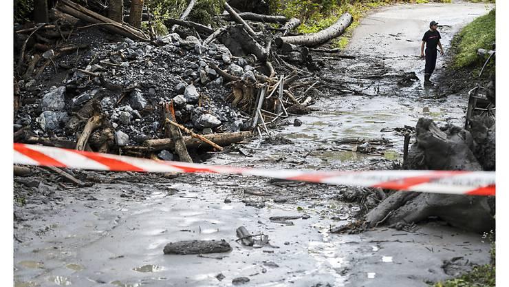 Die Suche nach dem Mädchen und dem Mann, die beim Unwetter in Chamoson VS in einem Fahrzeug mitgerissen wurden, ist nach wie vor im Gang. (Archivbild)