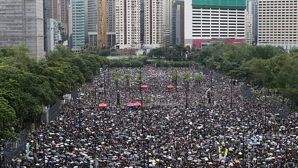 Mehr als eine Million Demonstranten sind in Hongkong erneut auf die Strasse gegangen. US-Präsident Donald Trump hat China davor gewarnt mit Gewalt gegen die Proteste vorzugehen. (Foto: Jerome Favre/EPA)