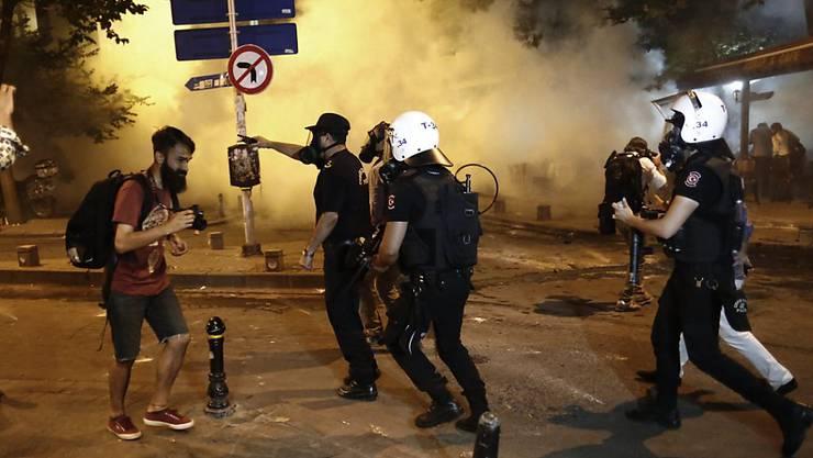 Tränengaseinsatz gegen regierungskritische Demonstranten in der Nähe des Taksim-Platzes in Istanbul.