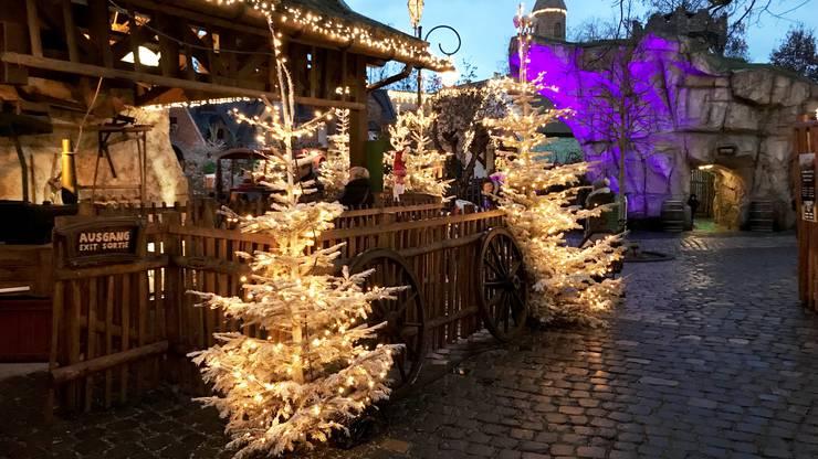 Der ganze Park ist weihnachtlich dekoriert mit über 6000 Lichterketten
