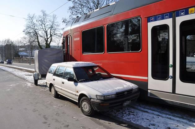 Ein weisser Toyota mit Anhänger übersieht das Rotlicht und wird vom Bipperlisi mehrere Meter Richtung Rötibrücke mitgeschleift und schliesslich seitlich abgedrängt. An der Zugskomposition und am Auto entstand ein Gesamtschaden von mehreren 1'000 Franken.