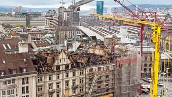 Das Dach des Gebäudekomplexes am Bahnhofplatz wurde durch den Brand komplett zerstört.
