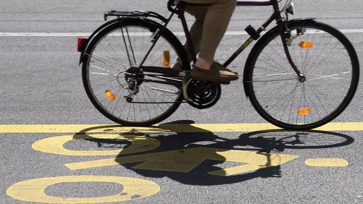 Die Velofahrerin war am Donnerstagnachmittag im Zürcher Kreis 5 mit einem Tram kollidiert und schwer verletzt worden. (Symbolbild)