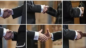 An Baselbieter Schulen darf der Händedruck nicht mehr aus religiösen Gründen verweigert werden. Das Bild zeigt, wie sich Botschafter aus aller Welt am Neujahrsempfang des Bundesrates mit Handschlag begrüssen.
