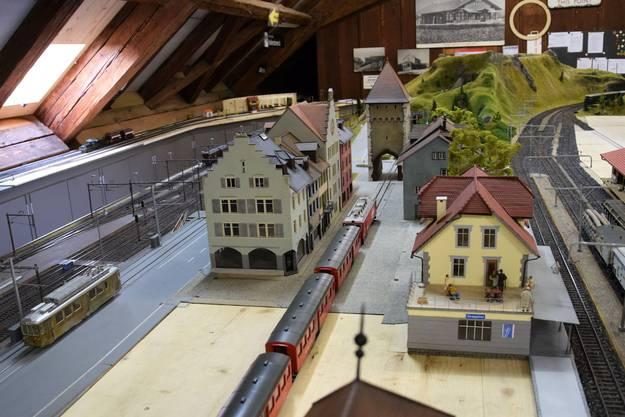 Am Wochenende zeigt der Brugger Modelleisenbahn-Club BMC seine grossen Spur-0-Anlagen.Bereits stehen die ersten Modellhäuser nach Vorbild der Altstadt von Brugg.