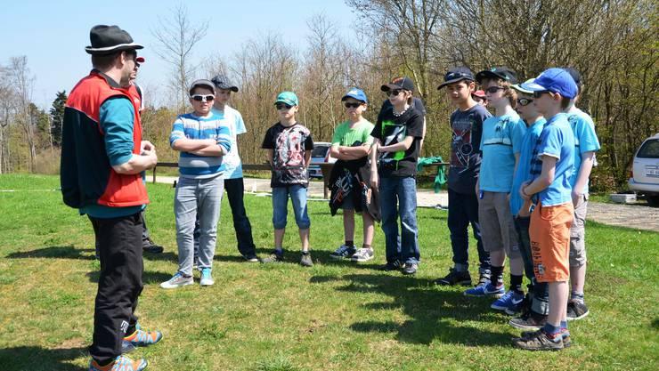 Die Schüler lauschen gespannt den Ausführungen des Kursleiters.