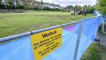 Am vergangenen Mittwoch verfügte das Bundesgericht einen vorläufigen Baustopp für die Wohnüberbauung «La Colline» in Arlesheim. Die Bauherrin, die Steiner AG, liess das Gelände danach einzäunen.