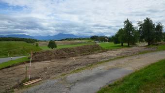Die alte Kantonsstrasse, die an der Deponie Feld entlang führt (links angeschnitten), wird verlegt; im Hintergrund die Deponie Weid-Banacker.