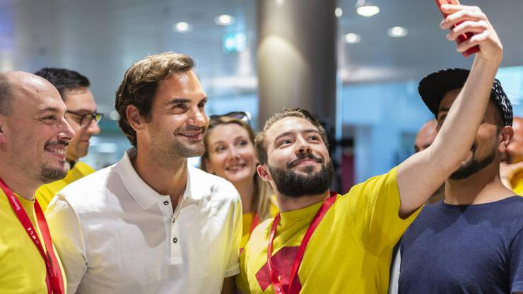 Superstar Roger Federer posiert mit Fans.