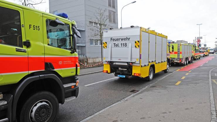Grosseinsatz: Wegen einer chemischen Reaktion in einem Abfluss rückten Polizei und Feuerwehr in Dübendorf aus.