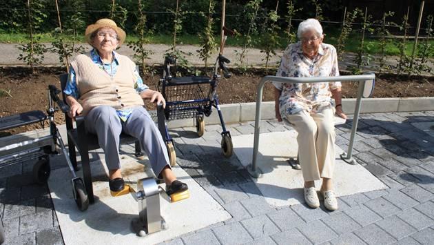 Alice Schmid und Susi Wittmer geniessen das neue Sportangebot an der frischen Luft.
