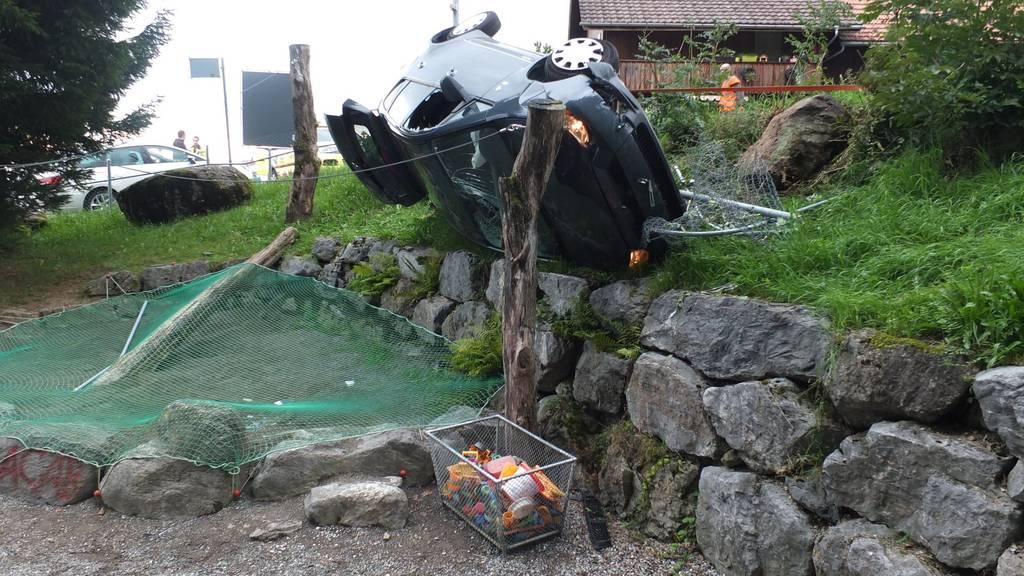 Auf der Natursteinmauer oberhalb des Spielplatzes blieb das Unfallfahrzeug auf der rechten Seite liegen.