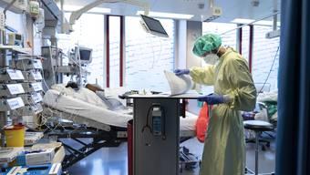 Bleiben oft wochenlang auf der Intensivstation: Corona-Patient im Zürcher Triemli-Spital.