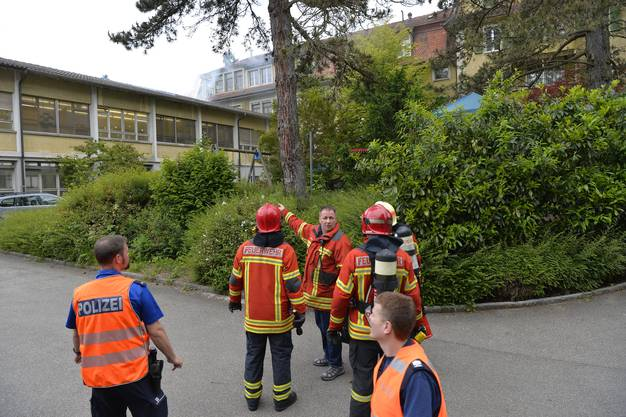 Die Feuerwehr bespricht den Einsatz. Auch die Polizei ist präsent.