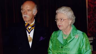 Der Koch der Königlichen: Anton Mosimann mit Queen Elizabeth im Jahr 2004 in London.