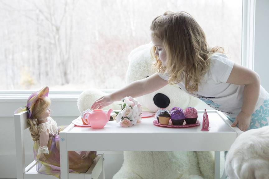 Viele Kinder üben die Mutterrolle schon früh. (Bild: iStock)
