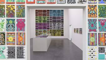 """Kleine Bilder ordnen sich zu einem Ganzen: Von Claude Sandoz auf Santa Lucia geschaffene Werke in der Ausstellung """"Ab auf die Insel!"""" im Kunstmuseum Luzern."""