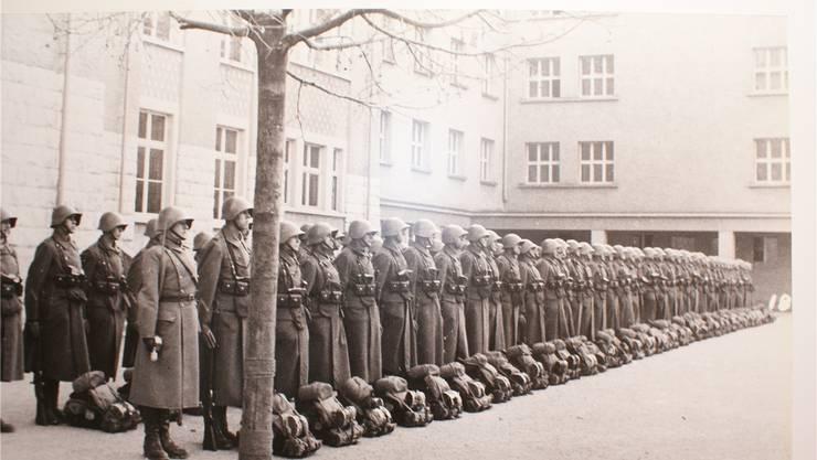 «Auf dem Zentralschulhausplatz fanden damals ständig Übungen und Inspektionen statt», erinnert sich Oswald Grendelmeier. Dieses Bild zeugt davon. Ortsmuseum Dietikon