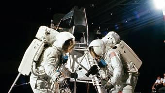 Armstrong und Aldrin trainieren 1969 im Kennedy Space Center in Florida – später behaupten Verschwörungstheoretiker, die Fotos auf dem Mond seien so nachgestellt worden.