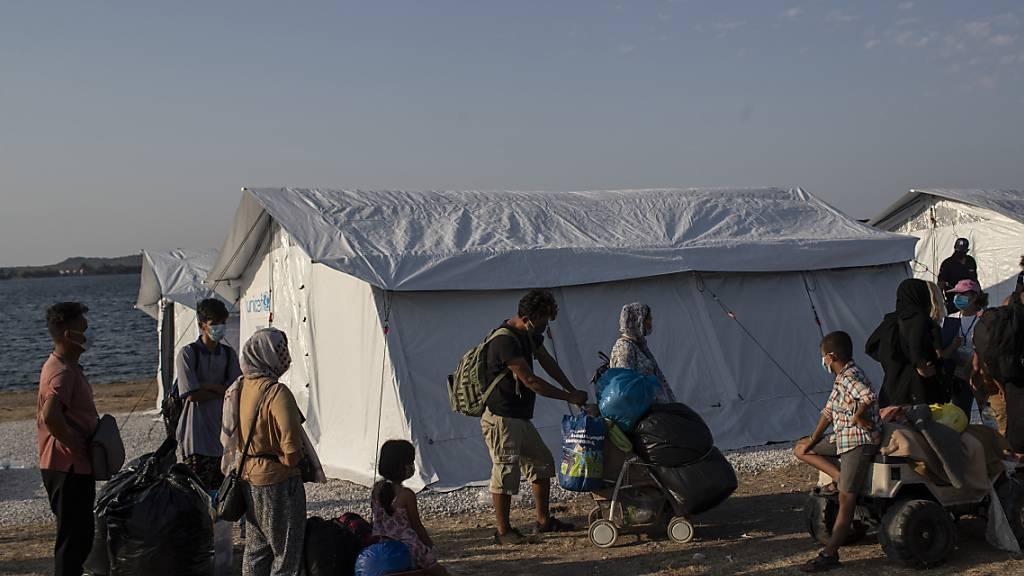 Geflüchtete Menschen kommen an einem provisorischen Camp in der Nähe von Mytilini an. Foto: Petros Giannakouris/AP/dpa