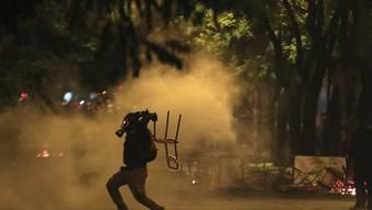 Nach dem Gedenkmarsch kam es in Athen zu Ausschreitungen, bei denen Brandbomben geschleudert wurden.
