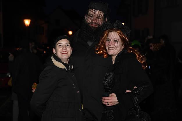 Die Lätschete startet beim Sternenbrunnen, wo sich schwarz gekleidete Hüülwyber und Trauergäste einfinden.