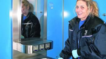 Lili Meier putzt Toilettenanlagen in der Stadt Zürich. Die Anlage am Oerlikoner Bahnhof muss dreimal täglich gereinigt werden, da sie von rund 300 Leuten pro Tag benutzt wird.  Foto: Malini Gloor