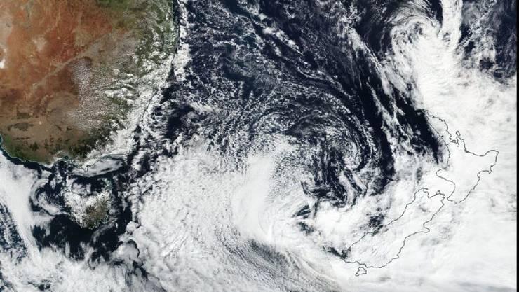 Das Satellitenbild zeigt, wie der Sturm Cook Kurs auf Neuseeland nimmt.