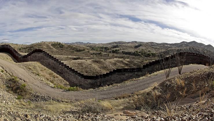 An der Grenze zwischen den USA und Mexiko soll ein Grenzzaun mexikanische Einwanderer von der Einreise abhalten. Die USA schicken Einwanderer wieder zurück nach Mexiko. (Archivbild)