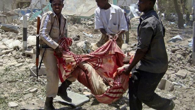 Somalier tragen ein Opfer des Anschlags weg