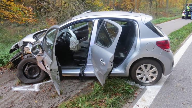 Zwischen Mellingen und Birrhard stiessen am Samstag zwei Autos frontal zusammen. Ein Peugeot-Fahrer geriet auf die Gegenfahrbahn und krachte in einen Fiat. Wie durch ein Wunder wurde beim Unfall niemand verletzt.